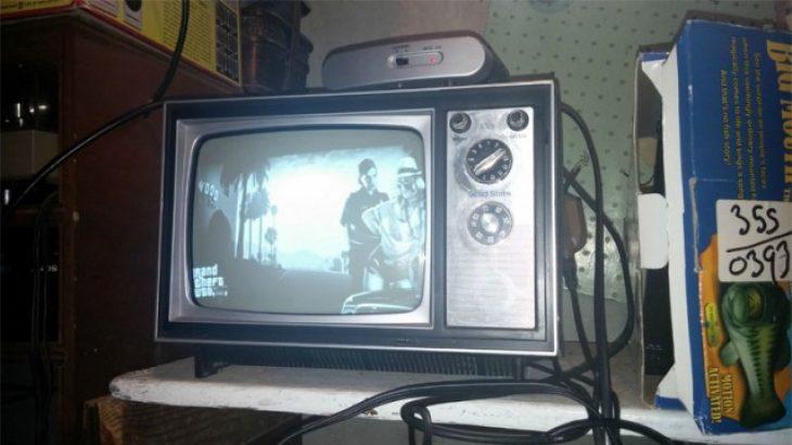 Shikoni se si luhen lojërat më të fundit në një televizor bardh e zi të vitit 1973